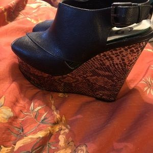 Guess snakeskin and black wedges 7.5